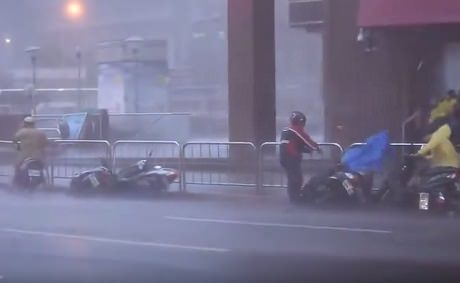 Тайвань. Власти эвакуируют людей из-за супертайфуна Дуджуан